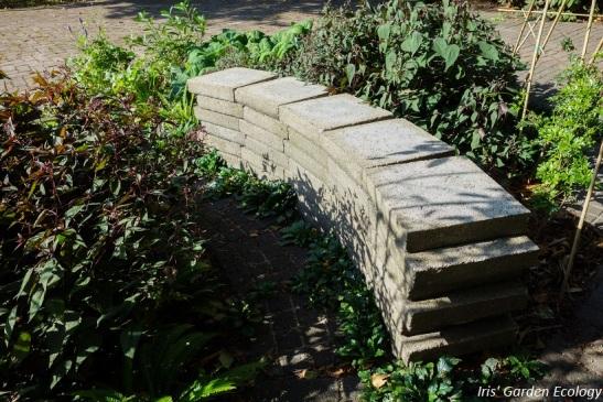 Bankje van hergebruikte tegels bij de voorbeeldtuinen van Steenbreek 023